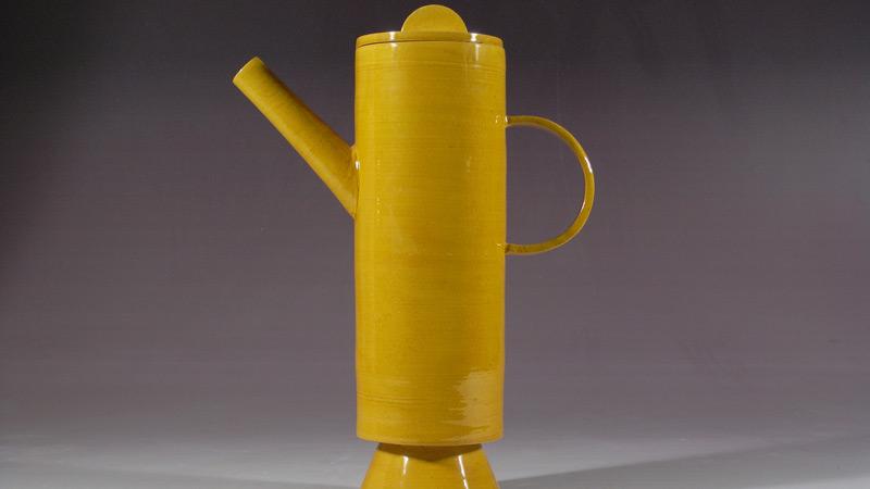 Regadera alargada y amarilla con un diseño muy moderno