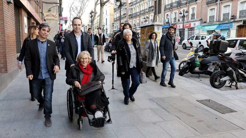 Manuela Carmena junto a su equipo y diferentes delegados del ayuntamiento en el recorrido por la Calle Atocha