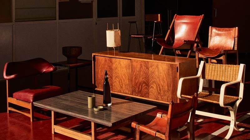 Conjunto de muebles en una sala con estilo de los años 60