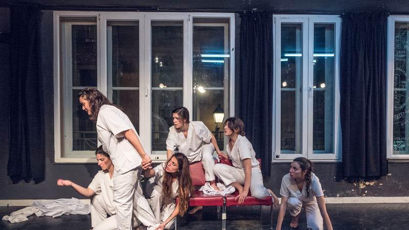 Las actrices de 'Una enloquecida vida interior' representando a las 6 artistas de la obra