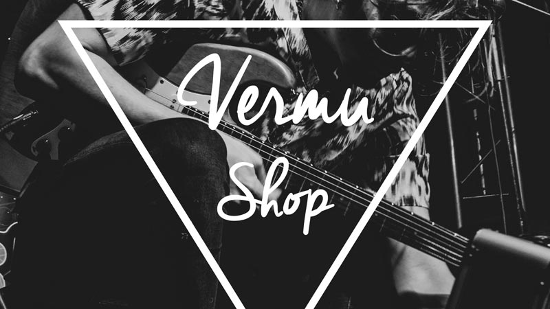 Imagen en blanco y negro de un chico tocando la guitarra eléctrica y el cartel de Vermú Shop en el medio