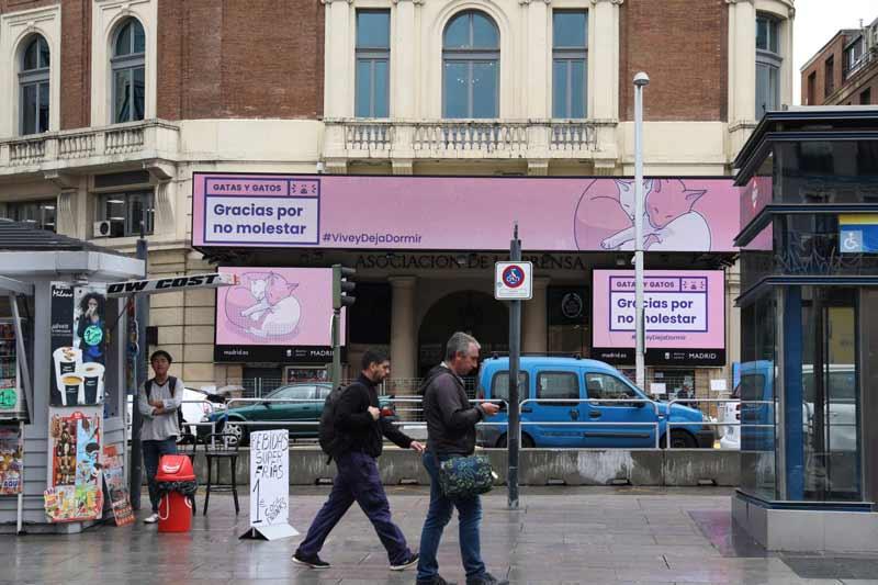 edificio de la calle de gran vía de madrid con carteles de gracias por no molestar