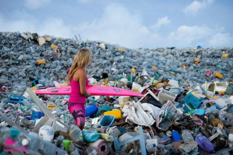 Surfera en una isla de plástico