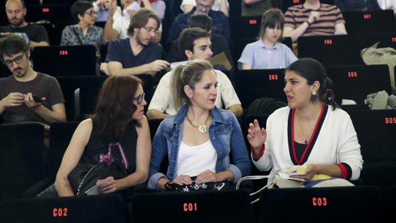 Chicas hablando en sus butacas en una charla de DocumentaMadrid