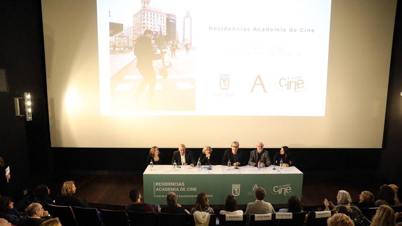 Mariano Barroso, la alcaldesa Manuela Carmena,Belén Atienza (productora), Carla Simón (directora y guionista) y la coordinadora de Ciudad de Madrid Film Office, Ángeles Vacas, en la presentación de la convocatoria