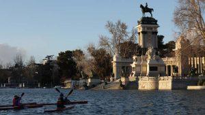 Monumento de Alfonso XII frente al lago de El Retiro