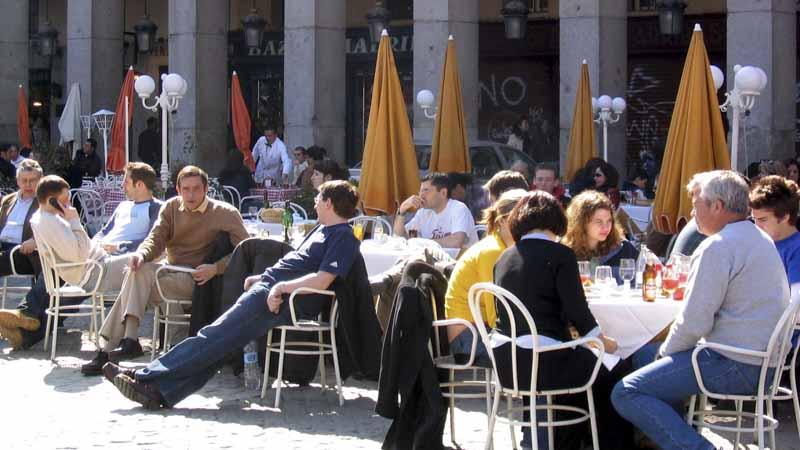 Gente en terrazas de los bares y cafeterías de la Plaza Mayor