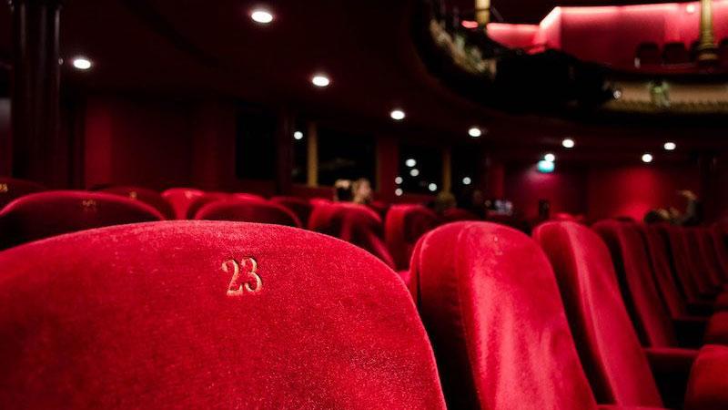 Butacas rojas de un teatro