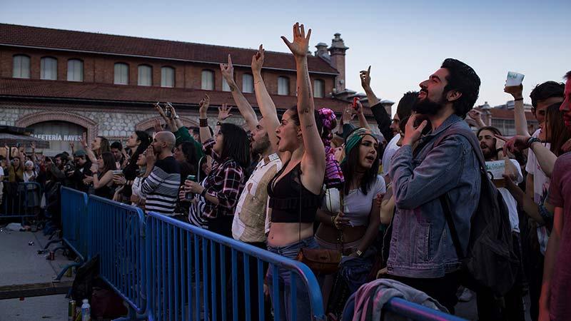 Gente levantando las manos y disfrutando de la edición anterior del Plaza Sonora