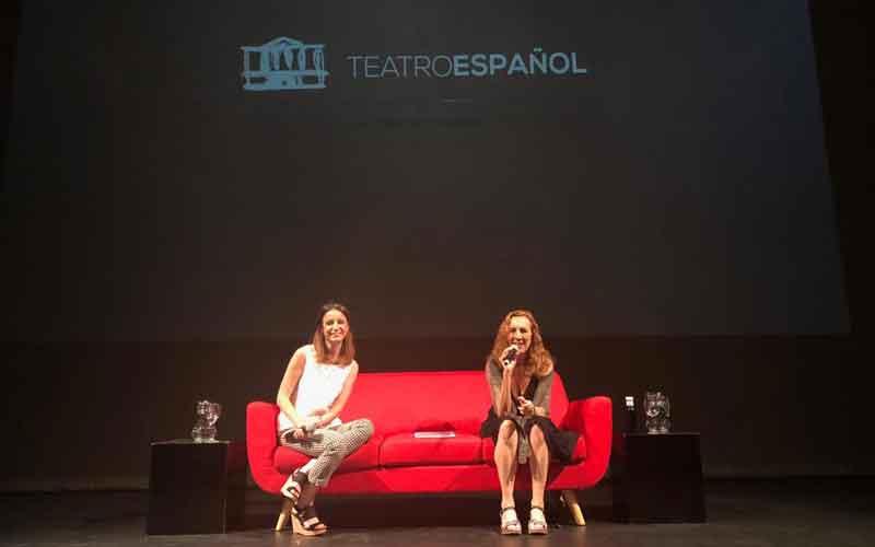 Carme Portaceli y Andrea Levy en un sofá