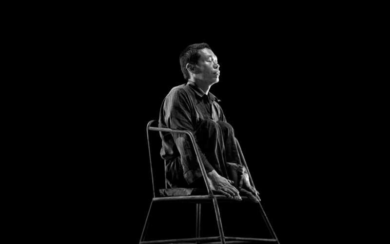 Imagen hombre sentado en una silla