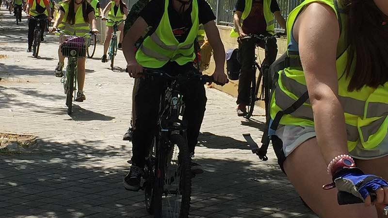 Grupo de jóvenes y adultos haciendo una Bicicletada por Vallecas