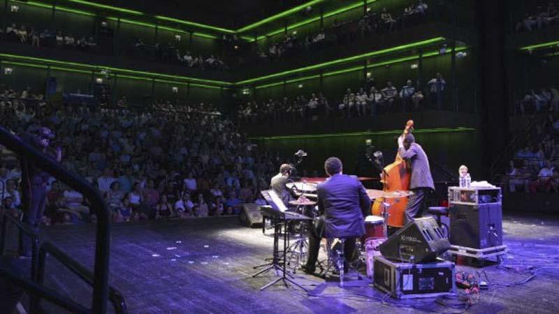 Grupo de jazz tocando en directo en los Teatros del Canal