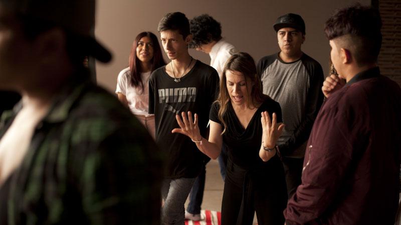 Alumnos del taller Dentro Cine junto a la psicóloga Violeta Pagán haciendo una actividad de expresión y dinámicas de grupo
