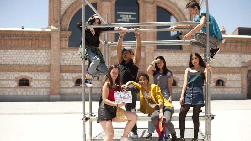 Algunos alumnos de Dentro Cine subidos en una estructura metálica