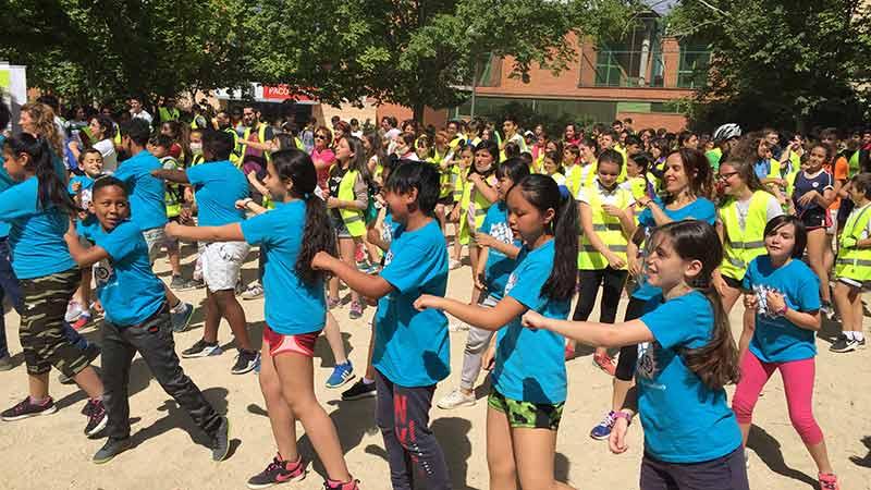 Flashmob en un colegio de Madrid, niños vestidos de diferentes colores bailando