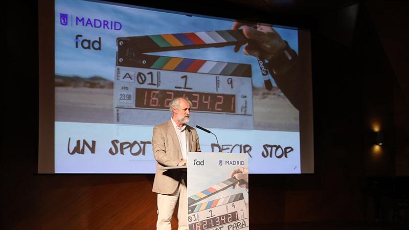Luis Cueto entregando los premios del Festival de Cortos Solidarios