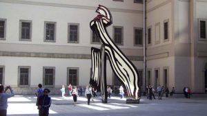 Patio interior del Museo Reina Sofia con una escultura de Roy Lichtenstein