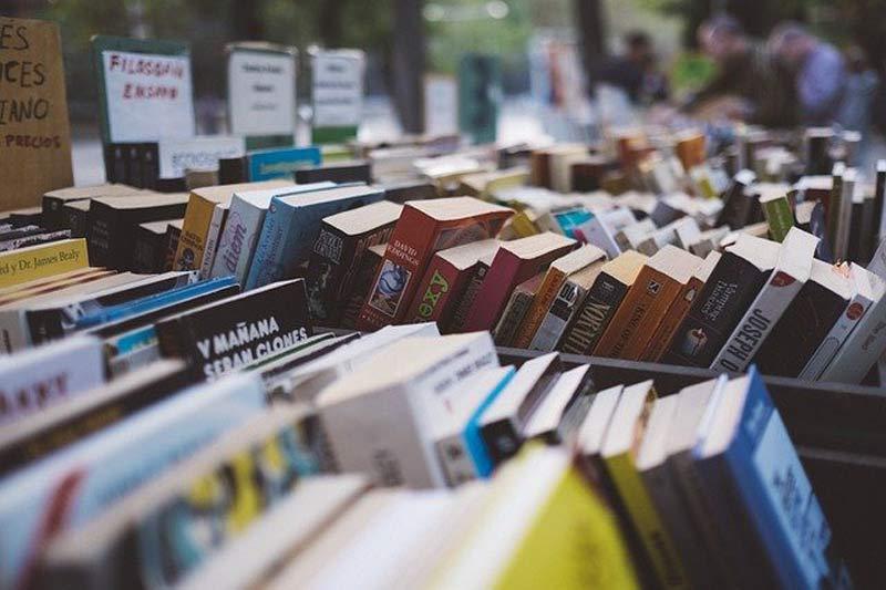 Conjunto de libros apilados.