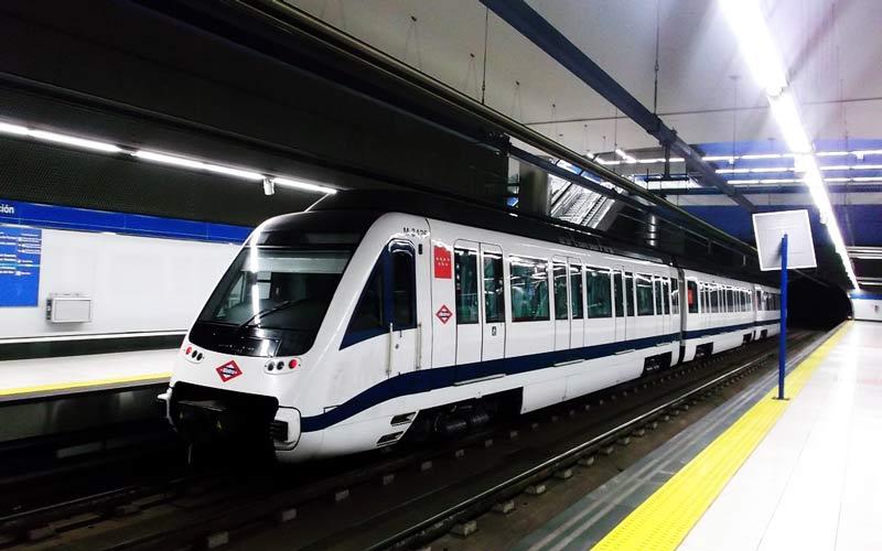tren del metro de madrid circulando en la estación