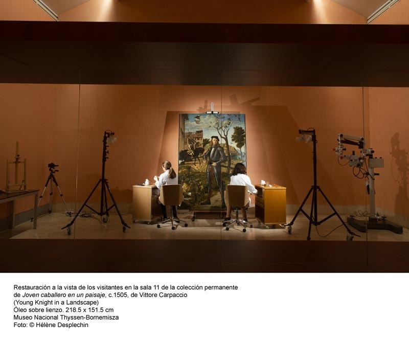 Dos mujeres restaurando el cuadro 'Joven caballero en un paisaje' de Carpaccio