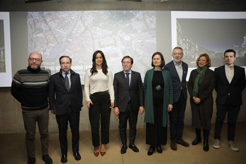 Cinco hombres y tres mujeres, entre ellos el alcalde de Madrid, José Luis Martínez Almeida y la vicealcaldesa Begoña Villacís en el centro de la imagen.
