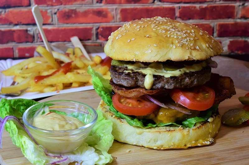 hamburguesa de carne con patatas fritas y salsa de mostaza picante