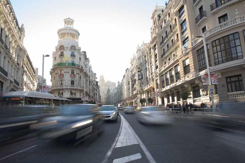 coches circulando por la gran via de madrid