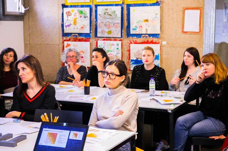 Mujeres recibiendo un taller en Femme Creators.
