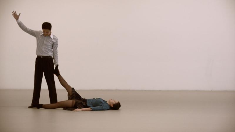 Un hombre y una mujer bailando.