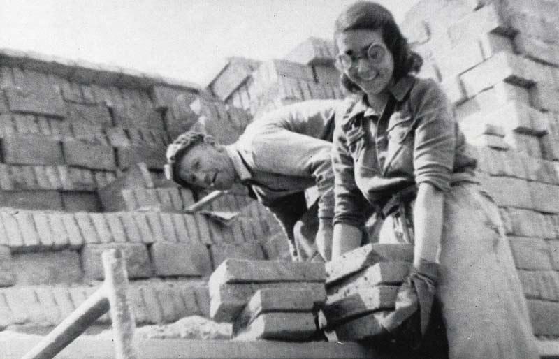 Un hombre y una mujer con ladrillos.