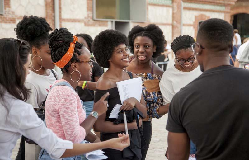 Varias mujeres negras riéndose.