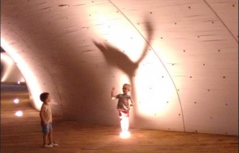 Dos niños jugando.