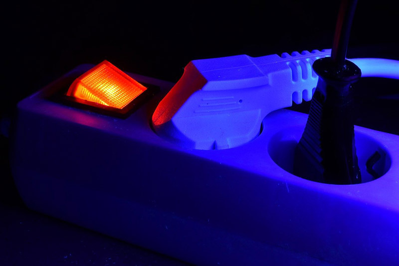 Pequeños gestos como desconectar electrodomésticos o apagar enchufes nos permiten ahorrar en la factura de la luz.
